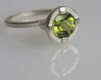 Ring O with peridot in silver