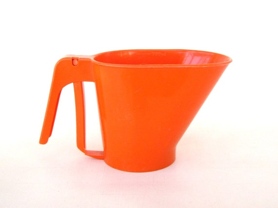 Rubbermaid Flour Sifter - Orange or Bright Yellow Plastic Baking Utensils 2748