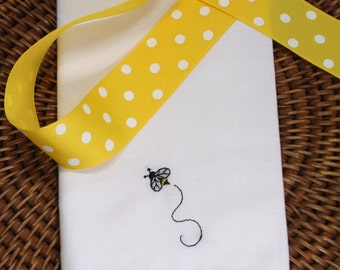 Bumble Bee Embroidered Cloth Napkins / set of 4 / bee napkins, summer napkins, bee cloth napkins, embroidered bee napkins, bee party