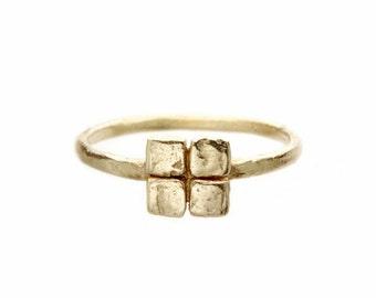 Square gold ring. 18k. Grey goat.