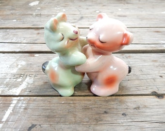 Salt and Pepper Shakers, Vantellingen Huggers, Bear and bunny, Valentines, ceramic, hugs, hugging, bride and groom, fswp