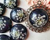 25 mm Round Shape ( Black Back Colour) Dried Flowers Flat Back Resin Cabochons (.gn)