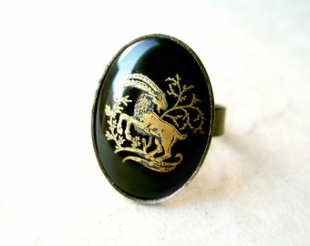Capricorn Zodiac Ring. Black Capricorn Ring with Vintage Glass Rare Cabochon. Black and Gold Ring. Star Sign Jewelry. Hammered Bronze Ring.