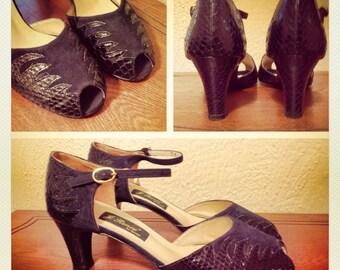 Vintage 1940's peep-toe heels in Navy Blue