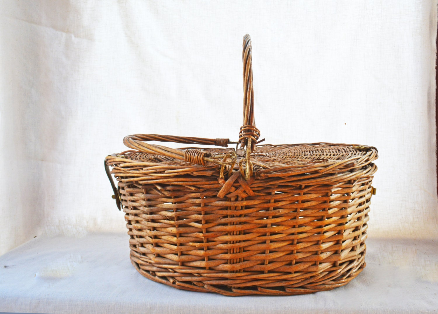 Old wicker basket with lid : Wicker picnic basket with lid storage vintage