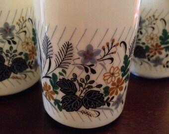4 beautiful Sone China tea beakers?