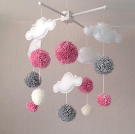 baby mobile kinderbett mobile wolken und pom poms mobile. Black Bedroom Furniture Sets. Home Design Ideas