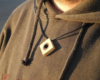 Wood of boxwood, link knotted leather pendant.