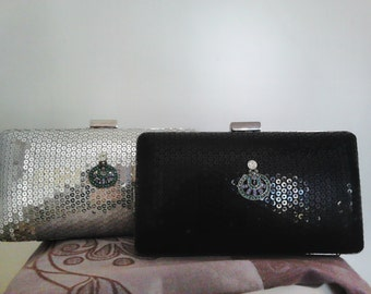 Black or Silver Party. Precious clutch of sequins in black or silver.