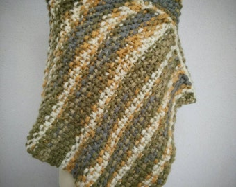 Asymmetric wool poncho. Green and beige mix.