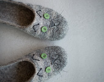 Cat slippers Women house shoes Grey clogs for cat lover Natural gray organic sheep wool felted eco friendly home shoes with cat face print