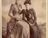 Young Women In Stylish VICTORIAN Dress and FLORAL HATS Cabinet Card Photo Spokane Falls Washington Circa 1890