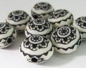 16 Vintage Black and White Acrylic Flower Beads Bd1682