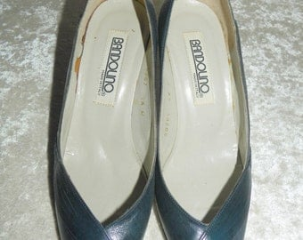 Shoes Navy Blue Leather Bandolino Size 4.5 M Braided Side Detail Peep Toe Made in Italy Beautiful Shoes & Like New!
