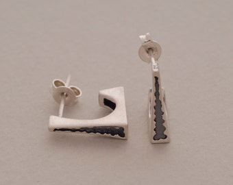 Modern and Contemporary Sterling Silver Earrings with a Dark Inlay Dynamic Style, S1421
