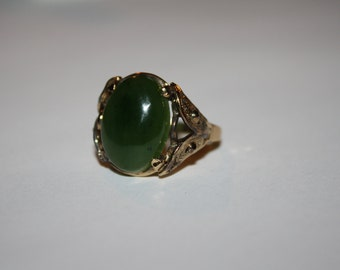 Size 9 Vintage gold simulated ring with emerald stone center  FREE US SHIPPING