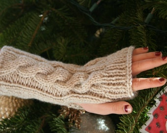 Kate's Cable-Knit Fingerless Gloves in Linen White