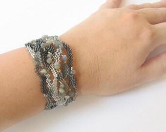 Gray Freeform peyote bracelet, OOAK, Boho Style bracelet, Freeform seed beads bracelet, Labradorite bracelet, gray bracelet