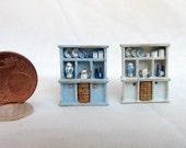 mobile contenitore per vasellame e piatti in legno dipinto, con accessori, scala 1/120
