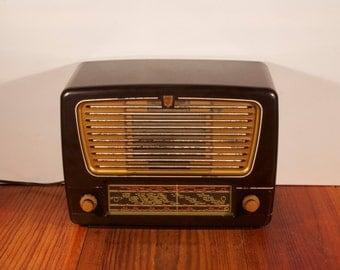 Beautiful vintage bakelite tuberadio, Philips radio