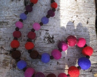 "Necklace ""Corallino"" made of felt balls and coloured coral beads"
