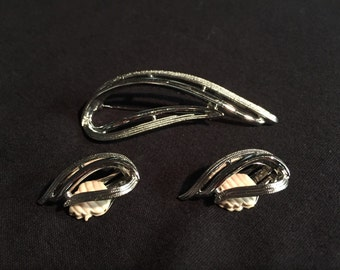 Sarah Coventry silvertone brooch and earrings