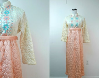 SLEEPING BEAUTY . vintage quilted sleepwear / housedress / lounge gown . size 14 / fits a small . made in USA