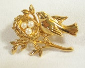 Vintage 70s Gold Plated Bird on Nest Pearl Eggs Unsigned Avon Tack Tac Brooch Pin