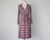 70s zig-zag stripe wrap dress maroon and black long sleeve fitted waist (s - m)