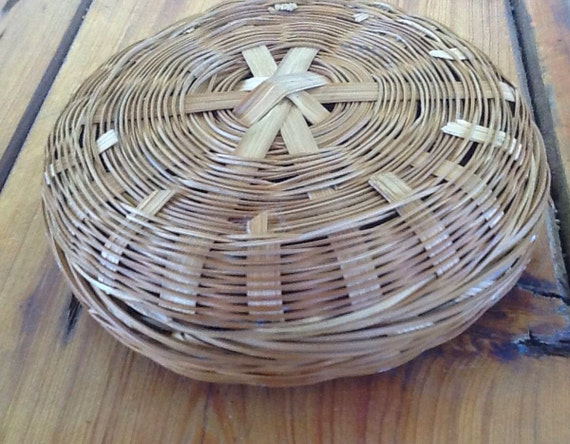 vintage small woven wicker basket with lid. Black Bedroom Furniture Sets. Home Design Ideas
