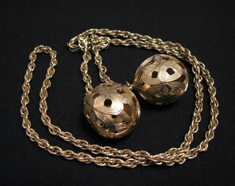 """BIG Antique Rare 1954 Sarah Coventry """"Mandalay"""" Gold Tone Filigree Etched Ball Flapper Lariat Necklace"""