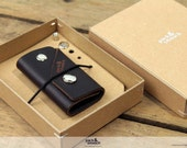 Key chain key holder made of 100% vegetable tanned dark brown leather fits up to 5 keys KG-S-DB