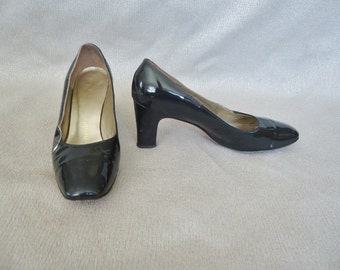 Classic Black Patent Leather Vintage 1960's MOD Womens Pumps 7