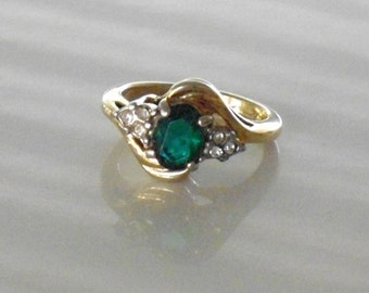 Vintage Cocktail Ring, Fashion Emerald Rhinestone Gold Tone Ring, Vintage Costume Jewelry, Ladies US Ring Size 7.5, dinner ring