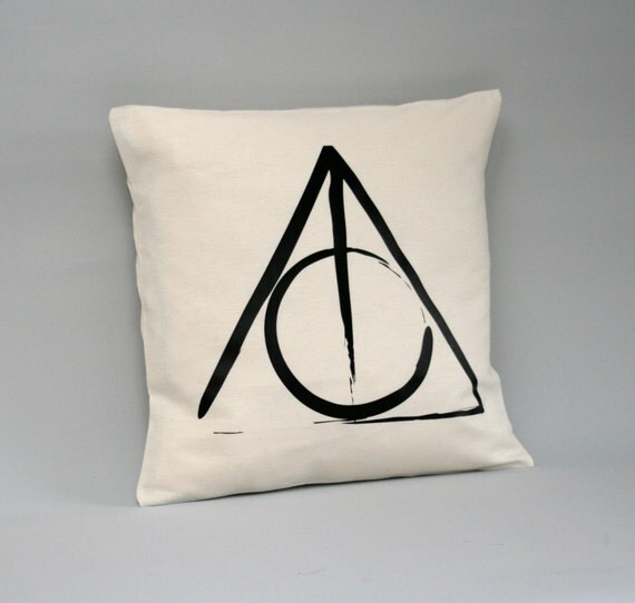 housse de coussin de harry potter reliques de la mort housse. Black Bedroom Furniture Sets. Home Design Ideas