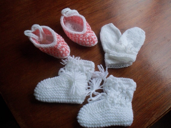 The JJ Cole Bundleme baby hat, booties, and mittens are made from the same deliciously plushy faux shearling as the original JJ Cole Bundleme, and parents and babies both love how soft it is.