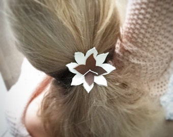 Handmade Leather flowers. With an elastic lustje at the back, Nice in your hair!