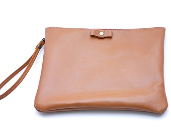 Leather wristlet clutch in tan // Bow wristlet with detachable key fob in saddle tan