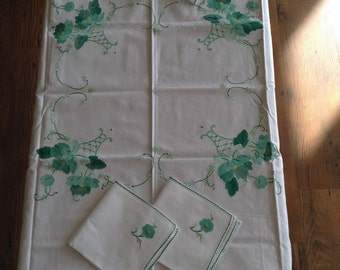 Vintage table cloth and 4 napkins