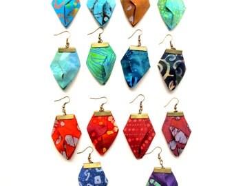 Asymmetric your pick fiber earrings, origami fabric dangles, Boucles d'oreilles en textile de votre choix