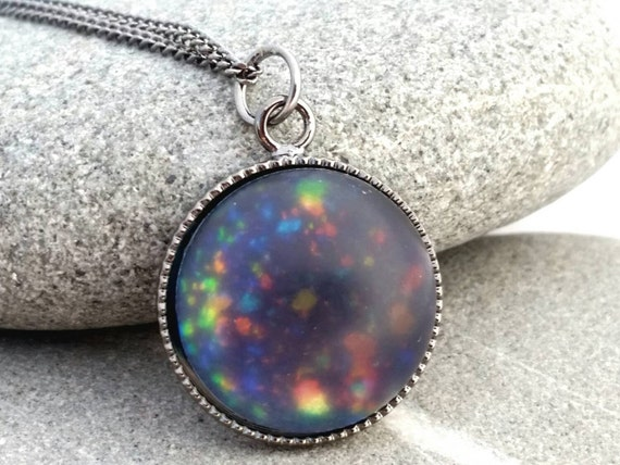 Articles similaires à Collier opale noire faux , dépolie opale noire bijoux , Satin opale congelés bijoux , bijoux de vernis à ongles de peintes à la main