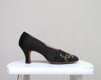 Vintage 1920s Shoes / 20s Black Satin Floral Embroidered Pumps I. Magnin / 6 Narrow USA