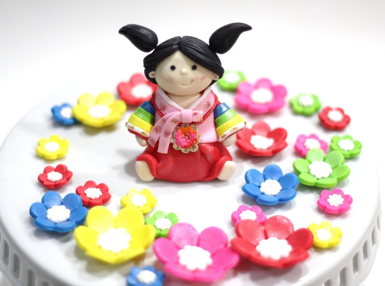 Korean Hanbok fondant cake topper set. Perfect for your