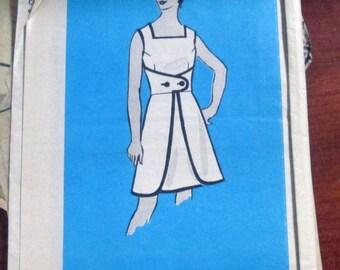 """1960s Wrap Dress Mod Sleeveless Sundress walk away dress sewing pattern Printed Pattern 2004 Size 12.5 Bust 35"""""""