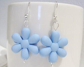 Sky blue retro 80's plastic daisy earrings - blue daisy earrings - retro 1980's style earrings - daisy plastic earrings