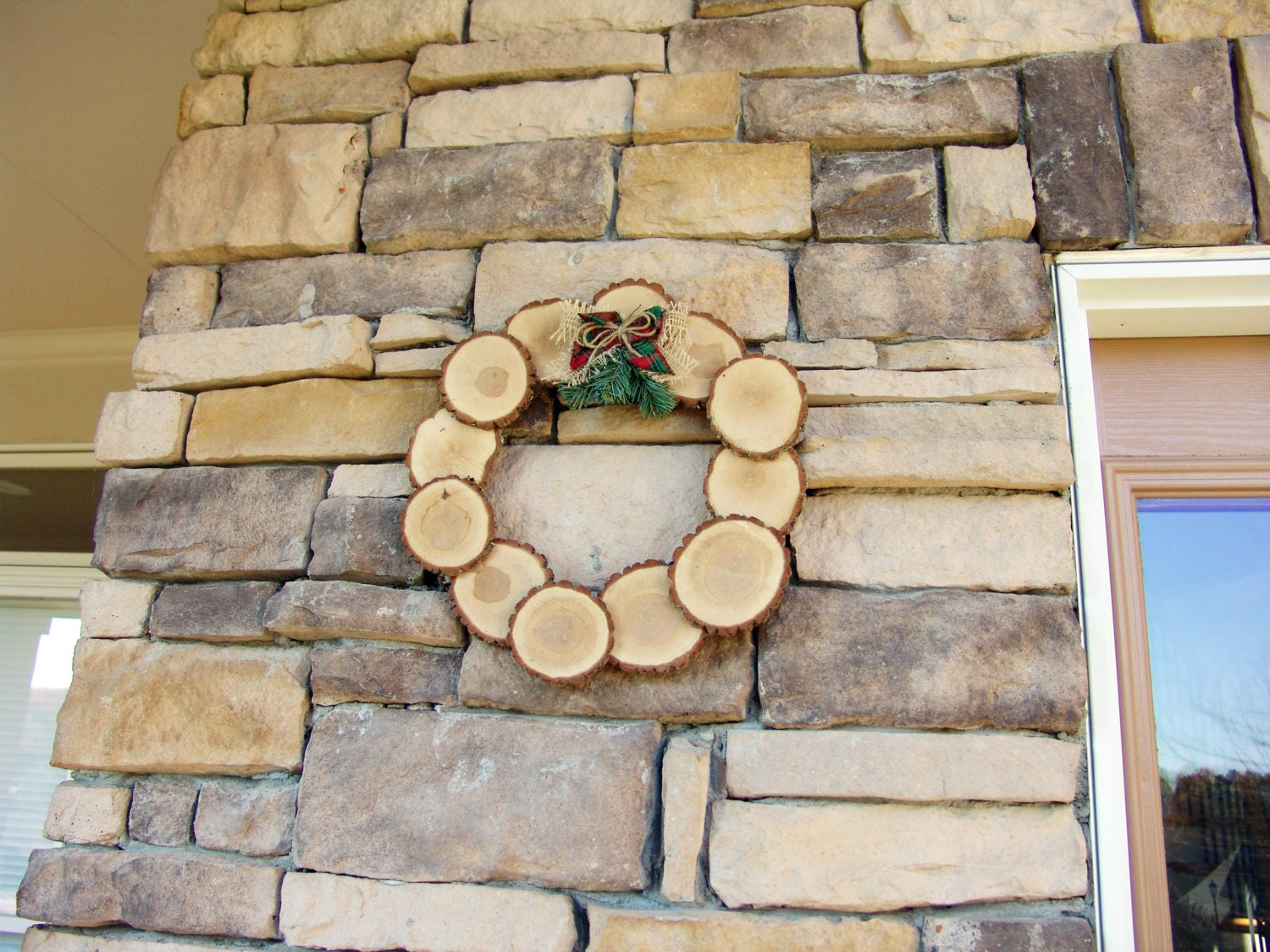 Wood Tree Slice Christmas Wreath,red green plaid fabric bow,burlap bow,christmas decoration,holiday home decor,christmas gift,rustic,country