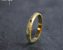 Textured wedding band in yellow gold 18 kilates, Meteorite weeding ring handmade in France, Unisex ring, Minimalist women men wedding ring