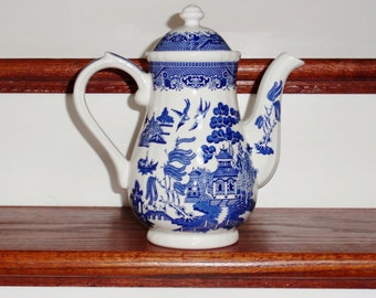 """CHURCHILL ENGLAND COFFEE Pot Blue Willow Porcelain China 1980s  Blue White Georgian Shaped 10"""" Lidded Covered Handled Excellent Condition"""