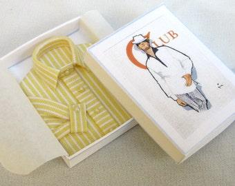 Elegante camicia da uomo con o senza cravatta, piegata in scatola abbinata, scala 1/12. Fatta a mano