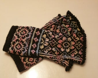 Delicious gloves with fantasy flowers pattern.